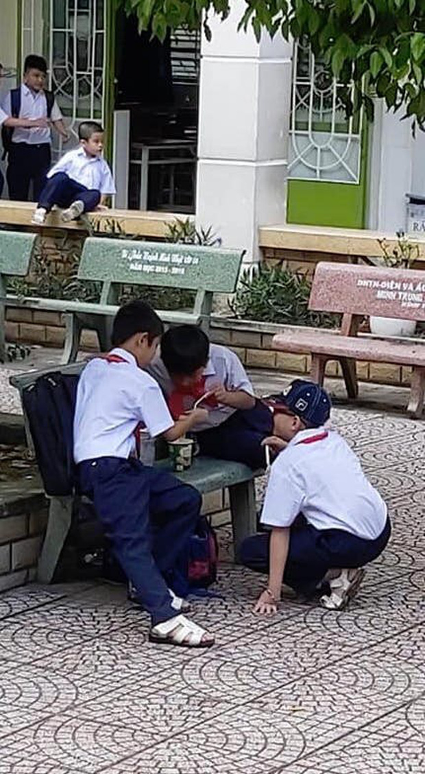 """""""Thanh xuân như một cốc mì"""", 3 cậu bạn vui vẻ sẻ chia từng sợi gợi nhớ bao ký ức trong trẻo tuổi học trò"""