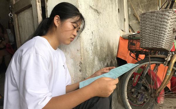 Tưởng dang dở giấc mơ đại học, nữ sinh nghèo vỡ òa khi được ĐH Khoa học Xã hội & Nhân văn Hà Nội miễn học phí hoàn toàn