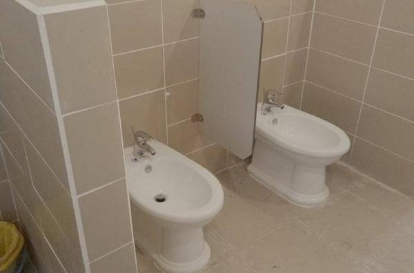 """Bồn rửa tay phòng vệ sinh nữ trường cấp 3 """"gây lú"""": Bồn vệ sinh đời mới hay bồn rửa tay tư thế ngồi?"""