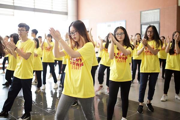 """Hàng trăm tân học sinh trường Ams tụ hội """"quẩy"""" flashmob để làm quen """"ma mới"""""""