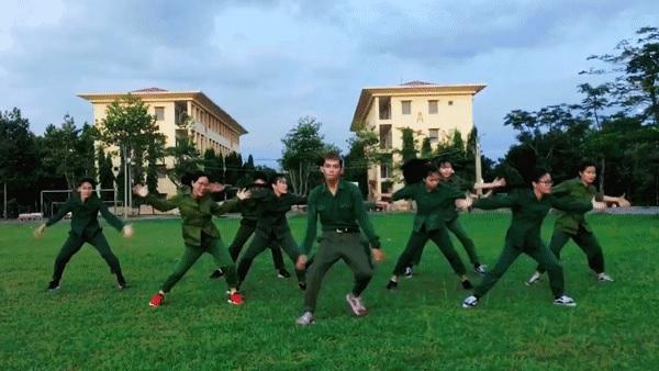 """Rủ nhau quay clip """"quẩy"""" giải trí sau giờ học quân sự, sinh viên ĐH Nông Lâm TP HCM gây sốt"""