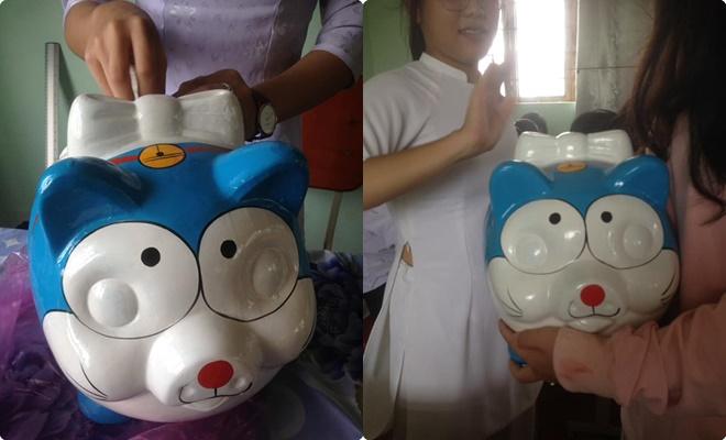 """Mua phải mèo đất Doraemon phiên bản lỗi, thủ quỹ lớp bất ngờ thu """"mưa tiền quỹ"""" vì ai cũng... không nhịn được cười"""