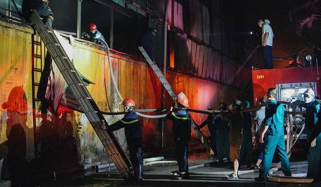 Những chiến sĩ dũng cảm trong vụ cháy nhà kho 3.000 mét vuông của Công ty Rạng Đông