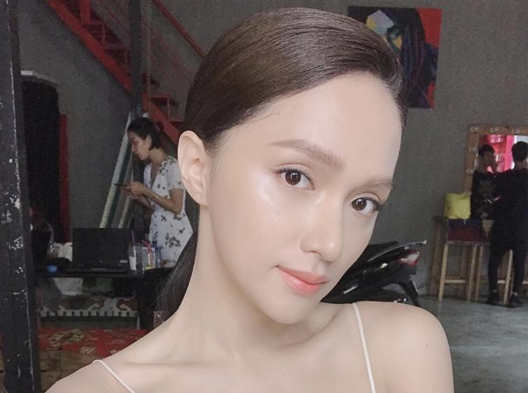 Selfie cận cảnh khoe mặt mộc của Hương Giang chỉ càng làm fans lo lắng vì quá gầy guộc