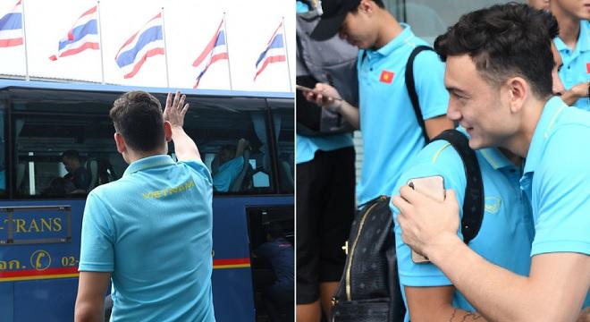 Sau trận hòa trên đất Thái, Văn Lâm bịn rịn vẫy tay chào đồng đội để một mình ở lại