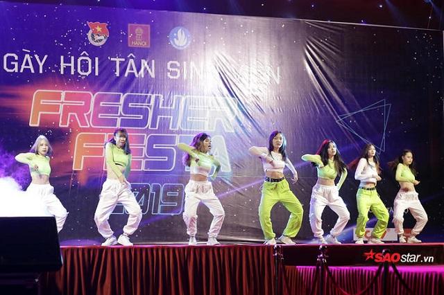 Cuồng nhiệt đêm gala chào đón tân sinh viên cùng vô số trai xinh gái đẹp của Đại học Hà Nội