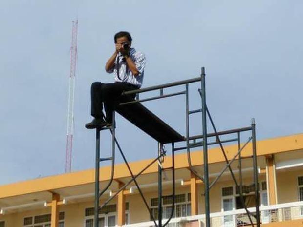 """Thầy giáo Ngữ văn """"có tâm nhất học đường"""" trèo lên giàn giáo 3 tầng chụp ảnh toàn cảnh học sinh thay flycam"""