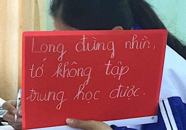 """Chuyện tình học đường siêu dễ thương qua tấm bảng """"Long đừng nhìn, tớ không tập trung học được"""" trên tay nữ sinh"""