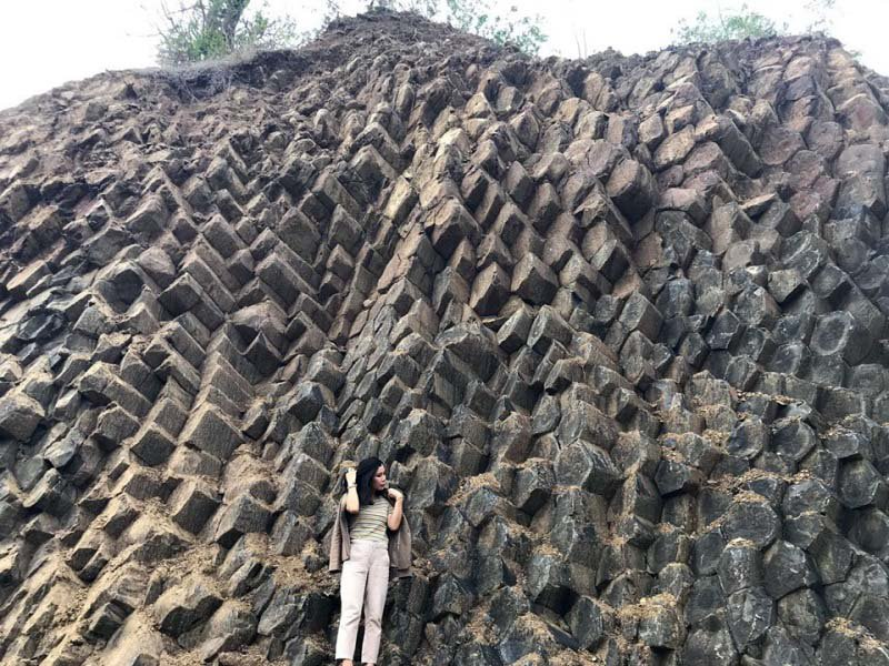 Phát hiện thêm vỉa đá khổng lồ dựng đứng đẹp không kém Ghềnh Đá Đĩa ở Phú Yên