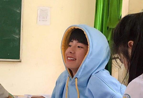 """Xuất hiện vài giây trong clip của bạn cùng lớp, nam sinh 2k2 khiến hội chị em """"lịm tim"""" với gương mặt baby"""