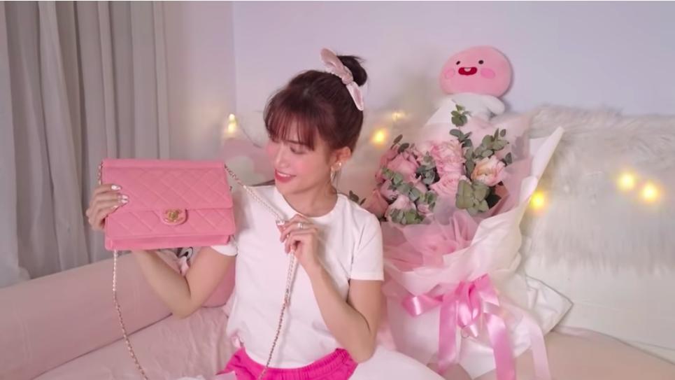"""Lỡ miệng tố bạn gái mua túi fake, Huỳnh Phương tặng hẳn túi Chanel """"xịn"""" hơn 100 triệu để Sĩ Thanh """"đập hộp"""""""