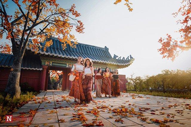 Xuất hiện Con Đường Lá Đỏ mới toanh cách trung tâm Hà Nội chưa đầy 3km, giới trẻ đổ xô check in vì đẹp hơn cả phim Hàn