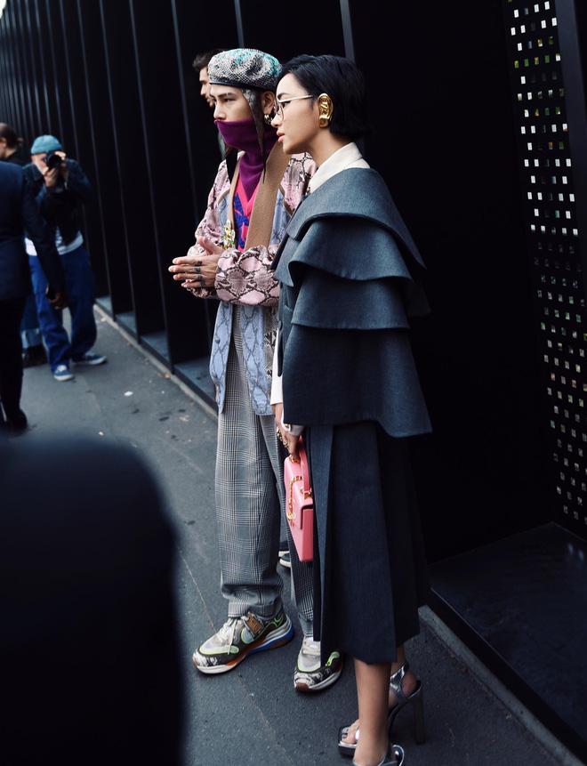 """Cười té ghế với bộ outfit của Châu Bùi - Decao tại show Gucci bị ví là: """"Áo chống khẩu nghiệp, tai nghe chống thị phi"""""""