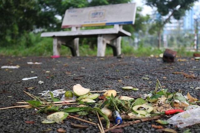 """Làng Đại học Quốc gia TP HCM """"sống chung"""" với rác thải sau mỗi đêm tiệc ngoài trời"""
