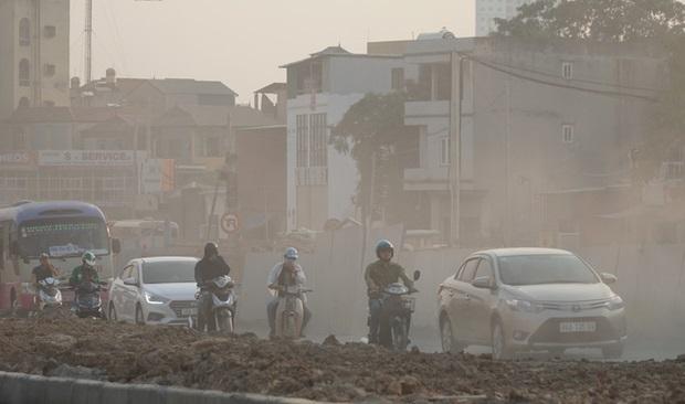 """Người dân """"ngộp thở"""" khi đi qua những tuyến đường bụi mù ở Hà Nội trong những ngày chất lượng không khí kém"""