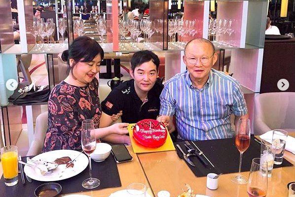Tròn 2 năm gắn bó với bóng đá Việt Nam, thầy Park cùng gia đình, bạn bè mở đại tiệc kỷ niệm
