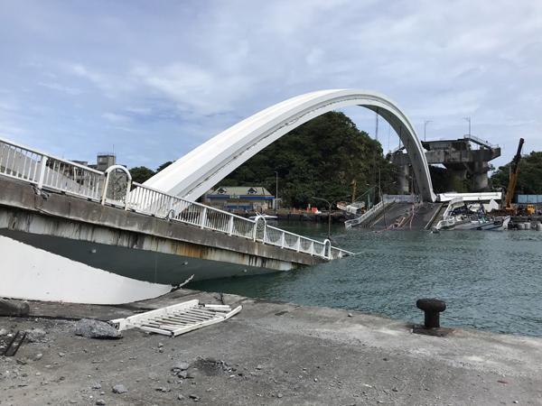 Cây cầu dài 140 m sập trong tích tắc, nhấn chìm hàng chục người và phương tiện