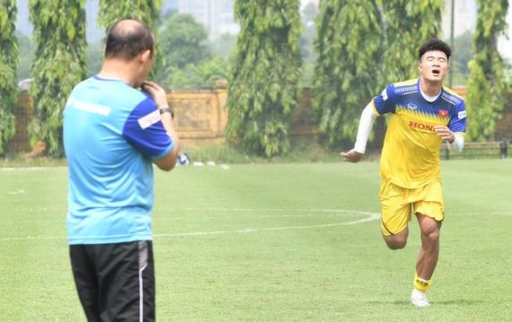 Trước thềm trận giao hữu của U22 Việt Nam, thầy Park bắt Hà Đức Chinh tập thêm một mình giữa trưa nắng