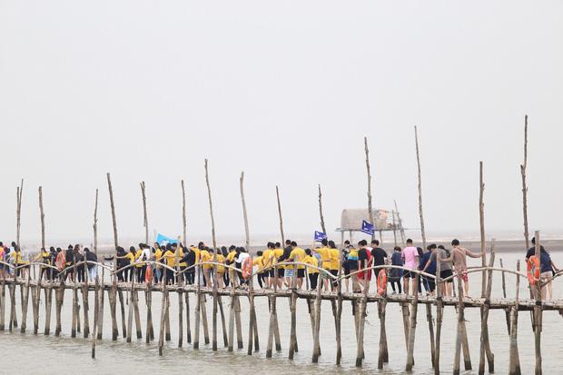 """Học sinh 2 trường THPT ở Hà Nội về tận biển Diêm Điền để cảm nhận bài thơ """"Sóng"""" nhân dịp sinh nhật nữ sĩ Xuân Quỳnh"""