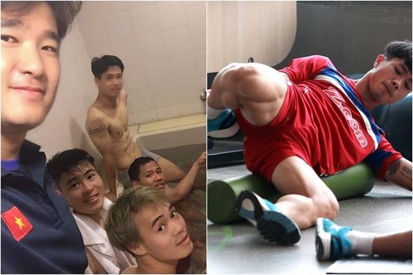 """Công Phượng dìm hàng toàn đội bằng """"body siêu phẩm"""" khi ngâm bồn đá phục hồi sau trận thắng Malaysia"""
