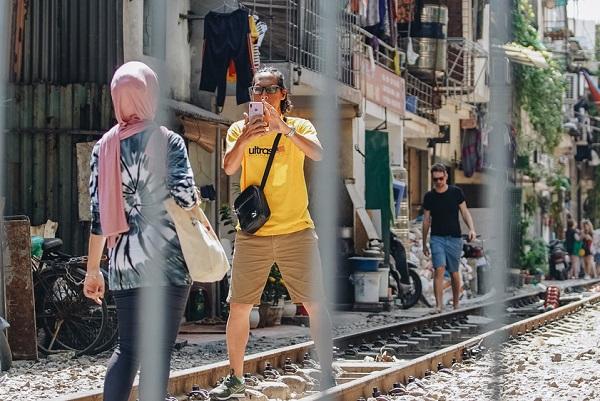 """Mặc """"cà phê đường tàu"""" đã bị xóa sổ, khách nước ngoài vẫn đến check-in, chụp ảnh giữa đường ray"""