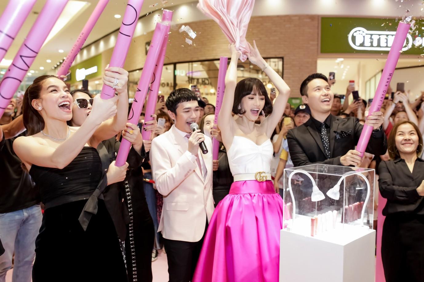 Lần đầu hợp tác làm son với Hồ Ngọc Hà, Hương Giang được hoa hậu Hàn Quốc khen hết lời