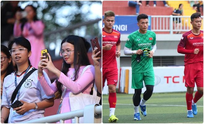 """Dàn """"soái ca"""" U22 Việt Nam xuất hiện ở sân bóng Đại học Tôn Đức Thắng, khiến nữ sinh đứng ngồi không yên"""