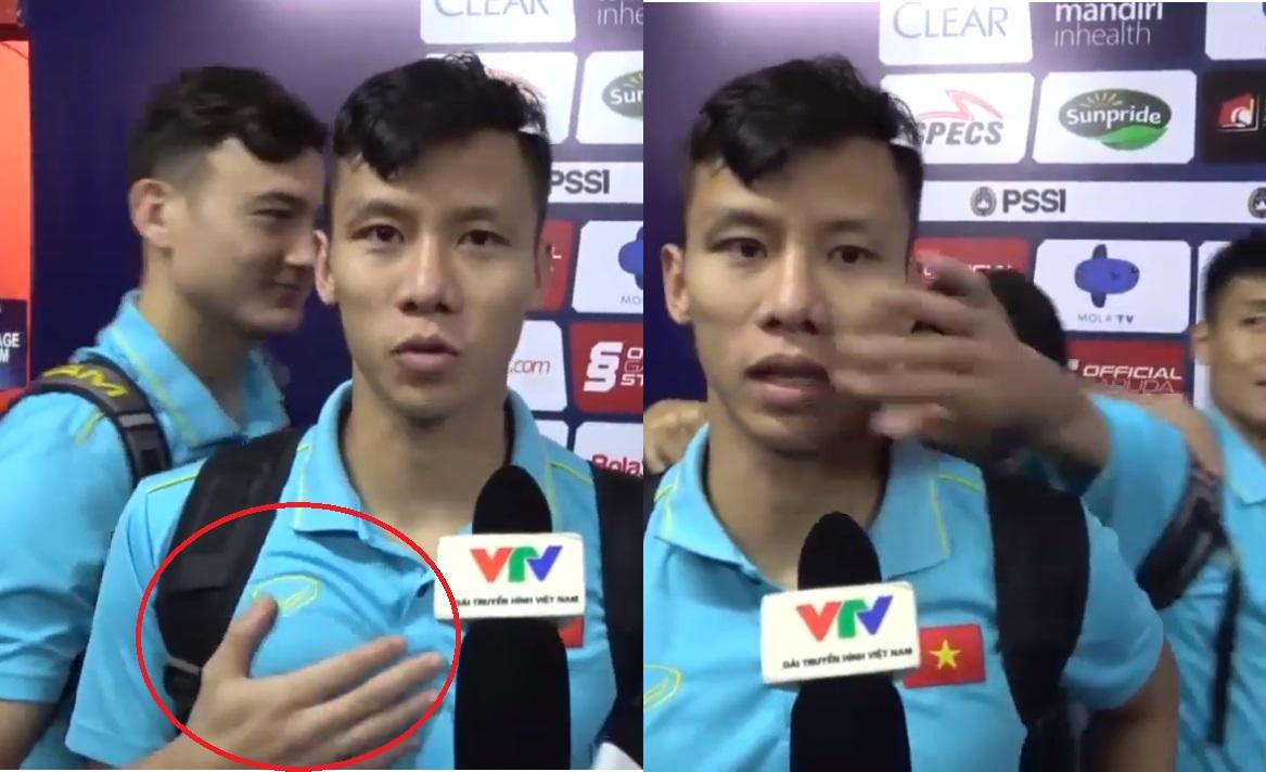"""Có ai nhây như cầu thủ VN, Quế Ngọc Hải trả lời phỏng vấn bị cả đội """"cầm nắm"""", nhất là """"đôi tay hư hỏng"""" của Lâm Tây"""