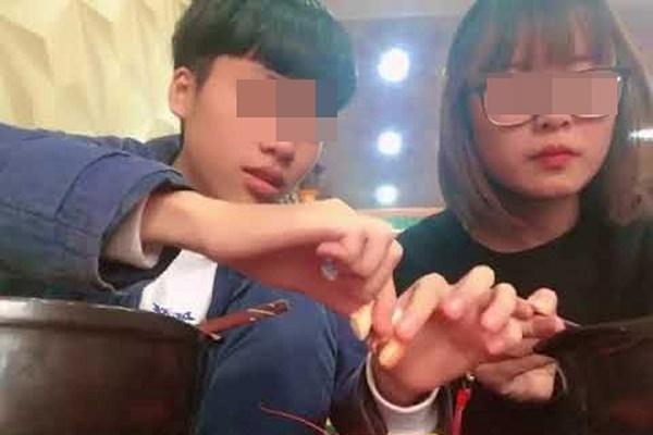 """""""Đại tiểu thư"""" bắt người yêu bóc tôm, ăn gần hết 1kg chừa lại 3 con cho bạn trai bị chia tay không tiếc"""