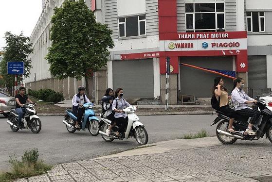 Học sinh thủ đô ngang nhiên đi xe máy trên 50 phân khối, không đội mũ bảo hiểm để đến trường