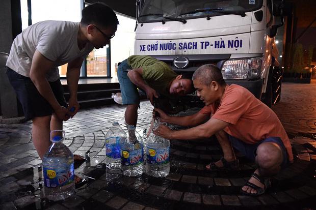 Hơn 2.000 cuộc gọi đề nghị hỗ trợ nước sạch, người dân Hà Nội trắng đêm xếp hàng chờ từng xô nước