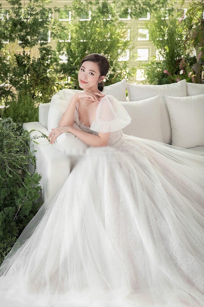 Trùng hợp kỳ lạ giữa váy cưới của Đông Nhi và Nhã Phương