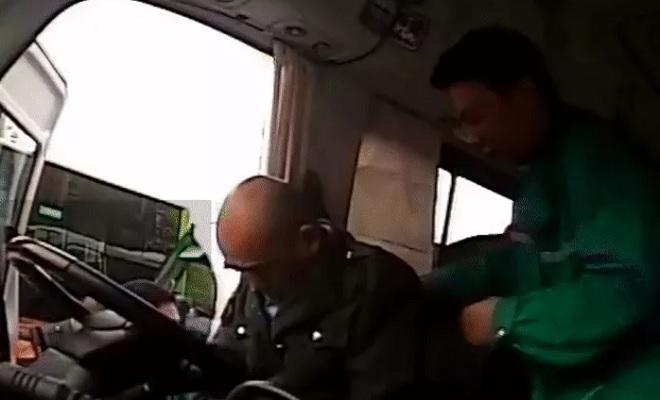 Tài xế dừng xe buýt hét lớn đuổi tất cả xuống, hành khách đang phẫn nộ bỗng vô cùng biết ơn và thương xót