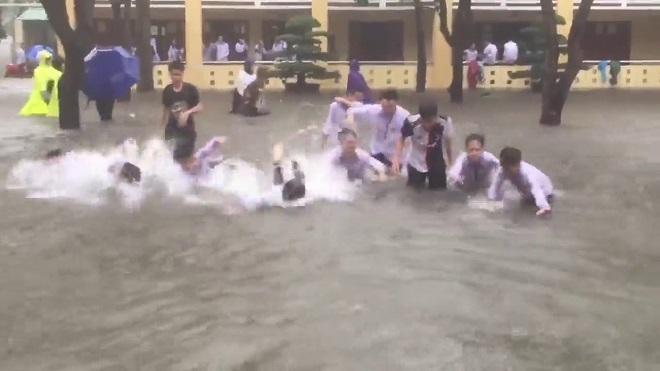 Sân trường ngập mênh mông như sông ngày lũ, học sinh Nghệ An bơi lội vui như hội