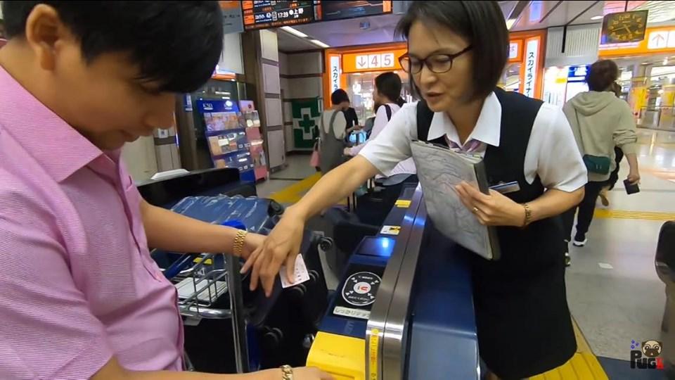 """Vừa nói """"hết tiền"""" sau khi chi 3 tỷ làm du lịch, Khoa Pug đã """"chơi lớn"""" chi hẳn 55 triệu khi vừa đặt chân đến Nhật Bản"""