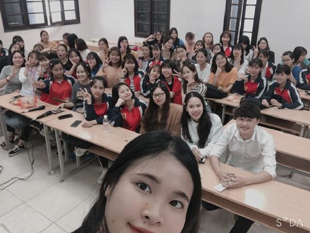 Lớp có 60 nữ, mỗi dịp 20/10 nam sinh duy nhất trong lớp lại trở thành tâm điểm chú ý