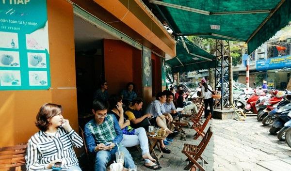 Hàng loạt quán cà phê kê ghế gỗ cho khách ngồi thưởng gió trời tạo thành trào lưu mới ở Hà Nội