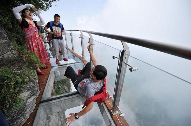 Hàng loạt cây cầu kính nổi tiếng bị đóng cửa vì quá đông du khách tham quan gây mất an toàn ở Trung Quốc