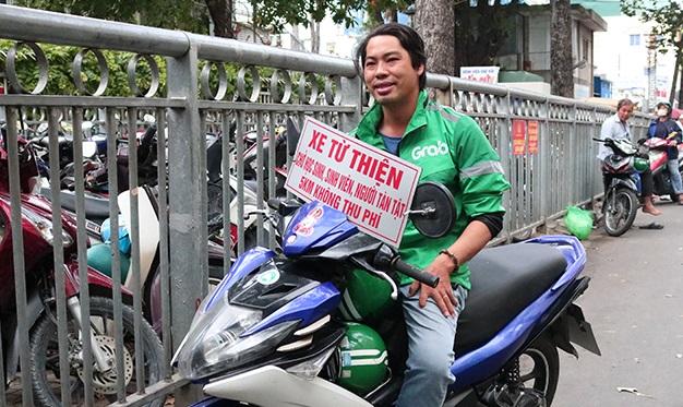 """Tài xế """"hâm"""" chạy xe ôm miễn phí khắp Sài Gòn: Việc tử tế giữa chốn xô bồ lại bị coi là lừa đảo"""