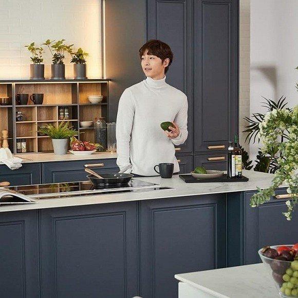 Xuất hiện trong quảng cáo đầu tiên hậu ly hôn, Song Joong Ki gây tranh cãi với diện mạo đối lập hẳn vợ cũ
