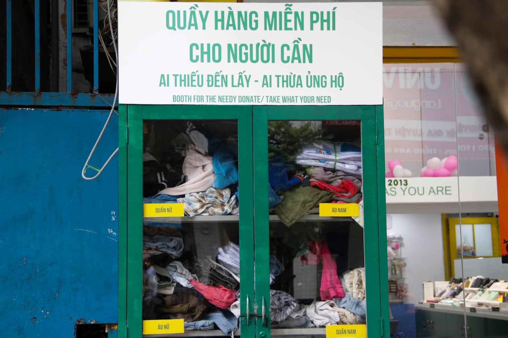 """Trời vừa trở lạnh, tủ quần áo từ thiện """"thừa cho đi, thiếu nhận lại"""" tại Hà Nội đã hết sạch đồ"""