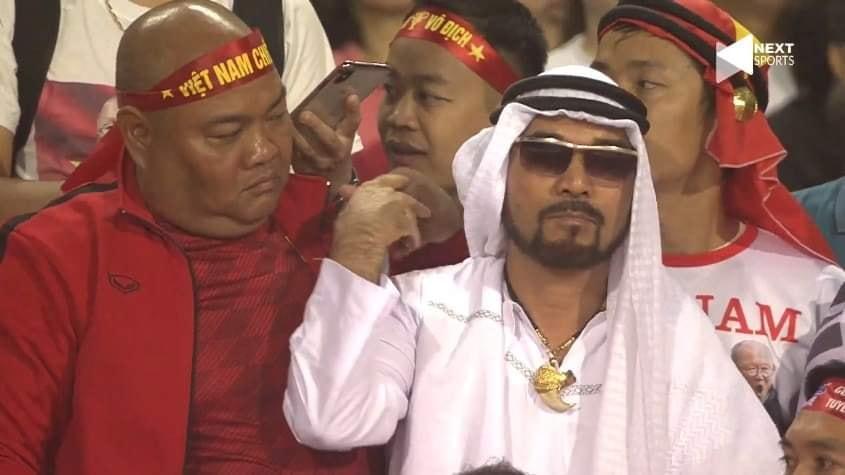 """Tìm ra danh tính cổ động viên """"chẳng dám nhúc nhích"""" khi ngồi giữa rừng cổ động viên Việt trong trận gặp UAE"""