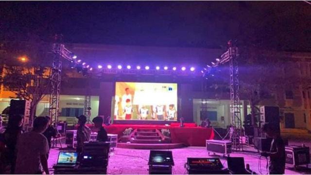 """Ngôi trường tâm lý nhất năm: Có màn hình khổng lồ làm sự kiện, """"tiện"""" bật cho học sinh cổ vũ ĐT Việt Nam"""