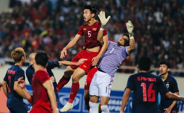 Cựu trọng tài nổi tiếng nhất nước Anh nói Việt Nam mất oan bàn thắng, thầy Park vẫn thông cảm