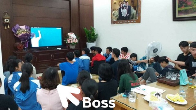 """Học sinh tới chơi ngày 20/11, cô giáo mở ti vi bật bài giảng online """"chiêu đãi"""""""