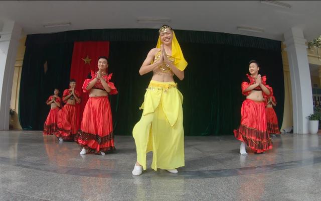 Lớp thiếu nữ, nam sinh rủ nhau múa từ Ấn Độ tới hiện đại chào mừng 20/11 khiến cả trường hò reo thích thú