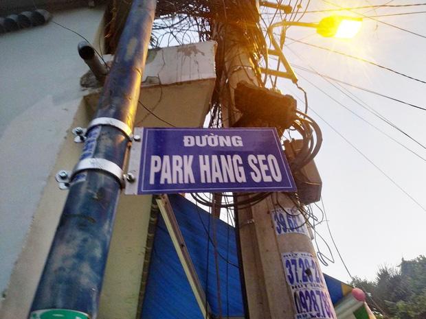 Gỡ bỏ bảng tên Park Hang Seo do người dân tự ý treo tại một con hẻm ở Sài Gòn