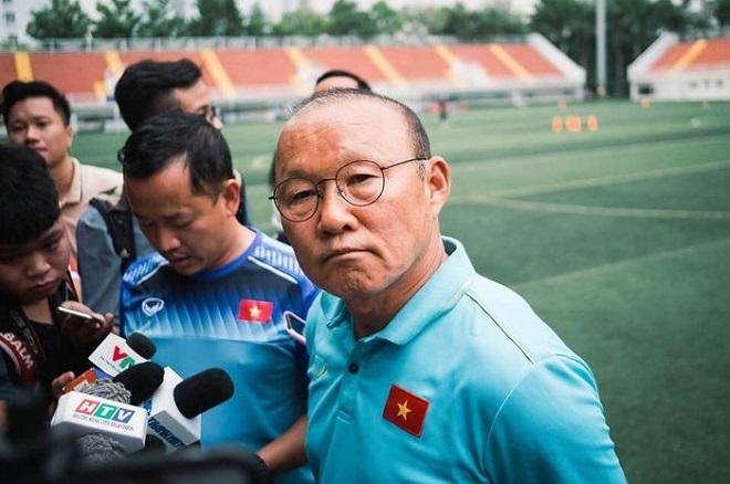 Sinh viên ĐH Tôn Đức Thắng lại hãnh diện đón thầy Park và U22 Việt Nam trở lại sân vận động của trường