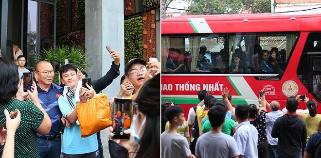 Thầy trò HLV Park Hang-seo rời khách sạn lên đường dự SEA Games, người dân Sài Gòn ùa ra chào tạm biệt