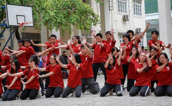 """Học sinh chuyên Sư phạm Hà Nội """"quẩy"""" cực sung trong màn thi flashmob"""